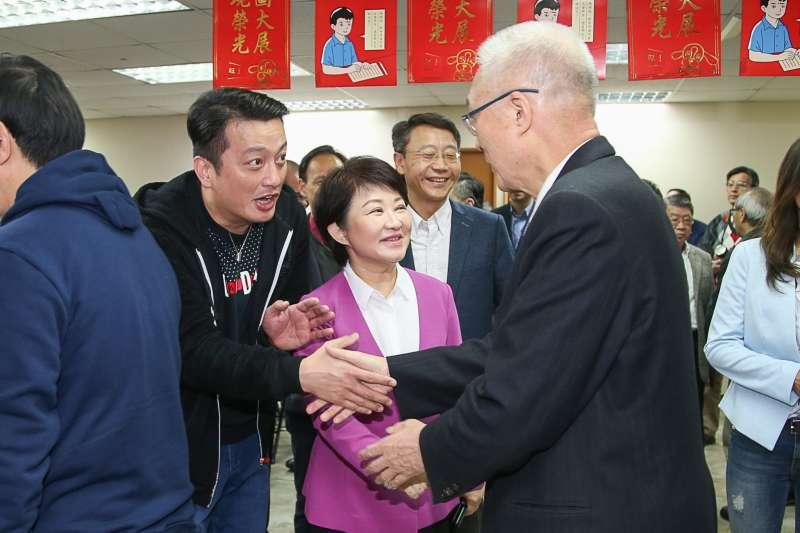20180221-國民黨新春團拜,已提名參選台中市長的立委盧秀燕和國民黨主席吳敦義在入口處握手加油。(陳明仁攝)