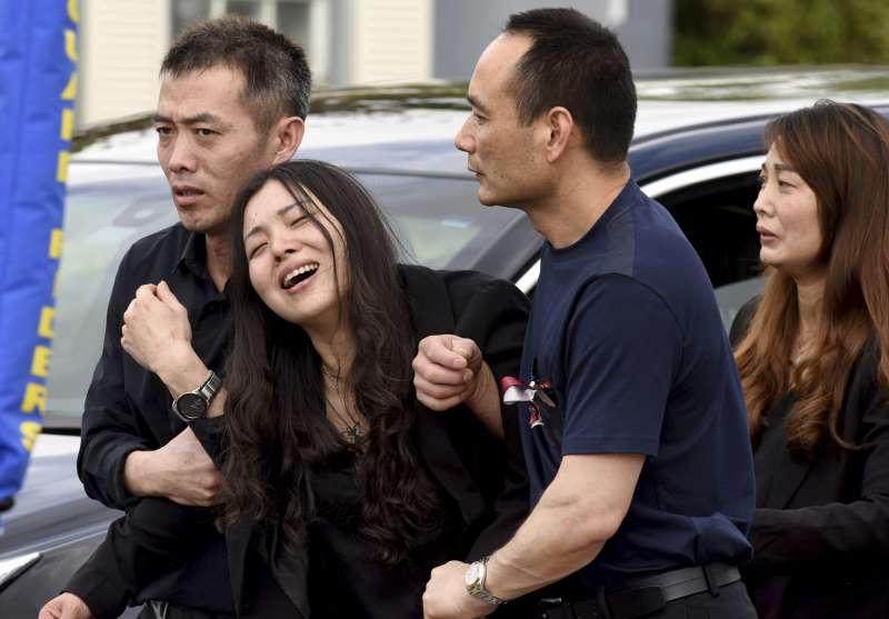 佛州校園槍擊案的15歲華裔受害者Peter Wang出殯,母親悲痛哭斷腸。(美聯社)