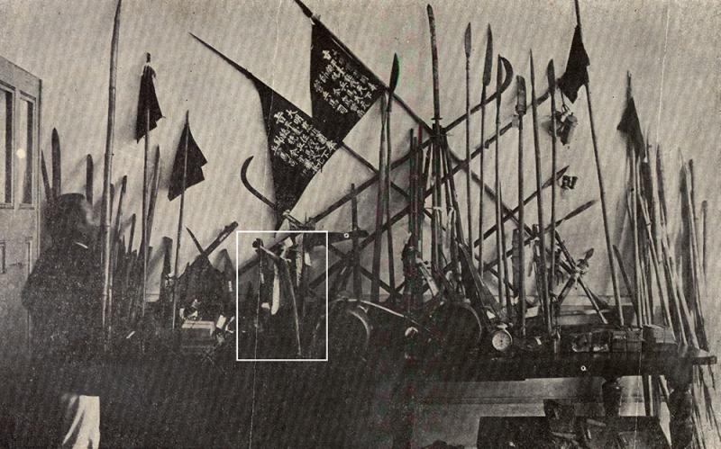 1915 年 8 月,余清芳等人遭日人逮捕後,被收押的武器,可以看到宋江陣的影子。白框圈起來的「乩筆」是余清芳打仗之前,向神明請示的「法器」。(圖/康豹,研之有物提供)