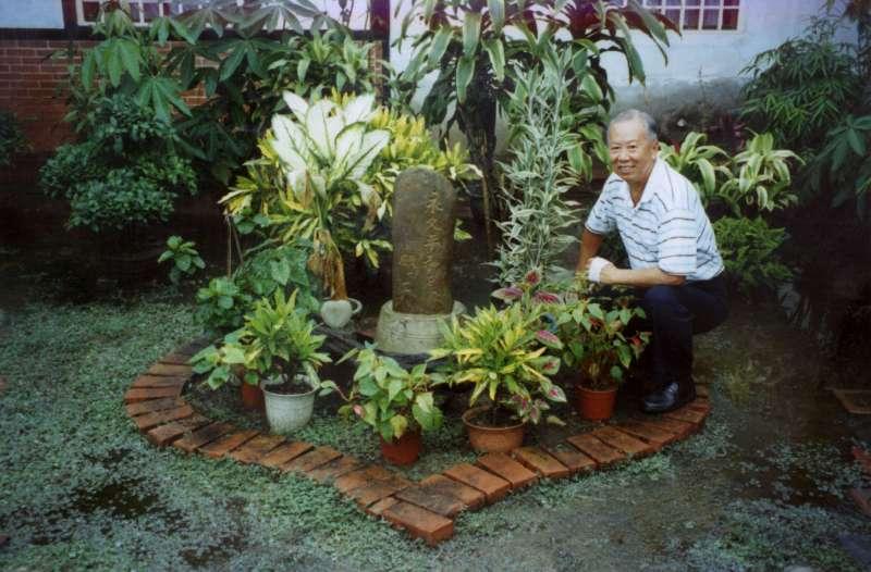 2001 年康豹和學生們到玉井鄉,訪問當時受難家族的後代──江炳煌先生,發現他在花園裡用磚頭排了一個愛心,立了一個石碑用日文刻著「但願有永久的和平」。(圖/康豹,研之有物提供)