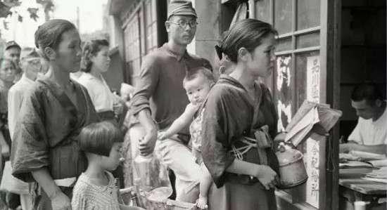 東京街頭排隊領取配給食品的日本百姓。(圖/澎湃新聞提供)