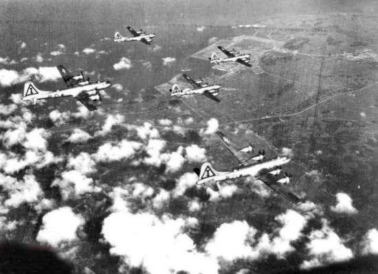 美軍對日本本土進行大規模的戰略轟炸。(圖/澎湃新聞提供)