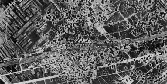 轟炸之後滿地彈坑的日本城市。(圖/澎湃新聞提供)