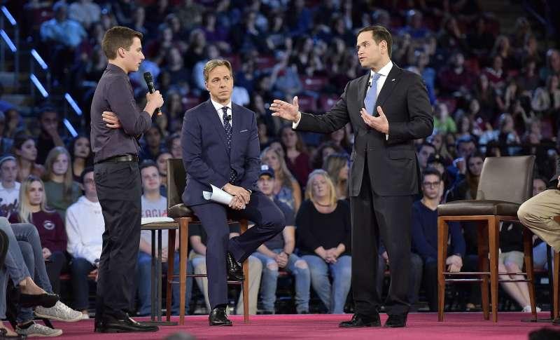 校園槍擊案倖存者(左)問美國佛羅里達州聯邦參議員魯比歐(右)是否會收全美步槍協會的政治獻金,但未獲得正面回應(AP)