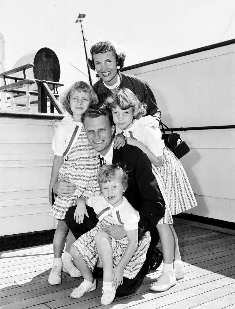 葛理翰(中)與妻子盧絲和三個小孩的合照。(美聯社)