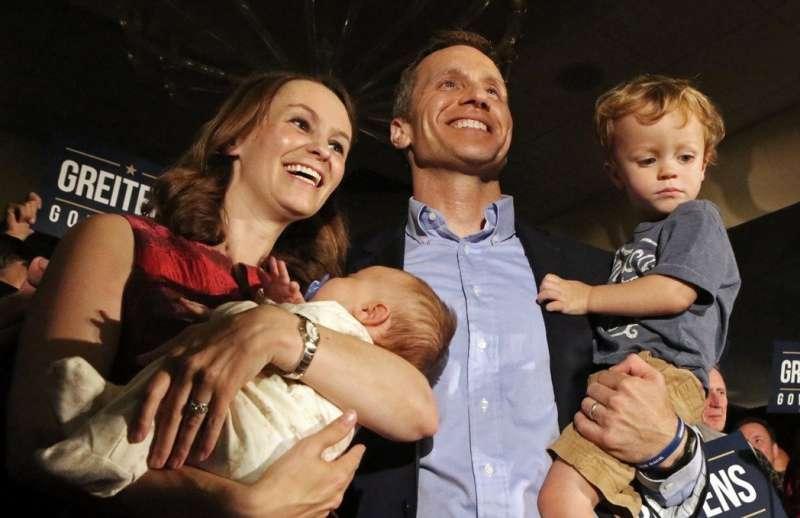 密蘇里州州長格雷滕斯(右二)與妻子希娜(左二),格雷滕斯對外總是一副「顧家好男人」的形象(AP)
