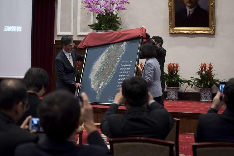 20180223-總統蔡英文(右)接見福爾摩沙衛星五號團隊,和科技部部長陳良基(左)一同揭開福衛五號拍攝的全島地圖。(取自總統府)