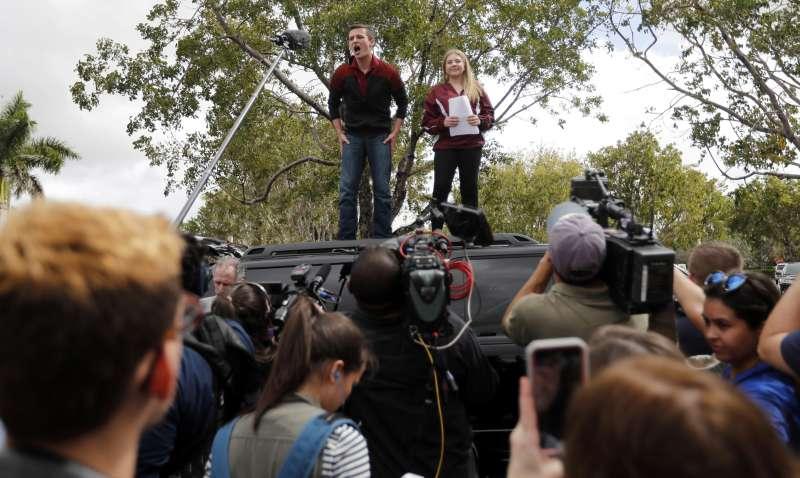 帕克蘭校園槍擊案的倖存者卡斯基(Cameron Kasky)(右)與同學們於20日準備前往佛羅里達州首府向當地眾議院施壓,要求立法管制槍枝。(AP)