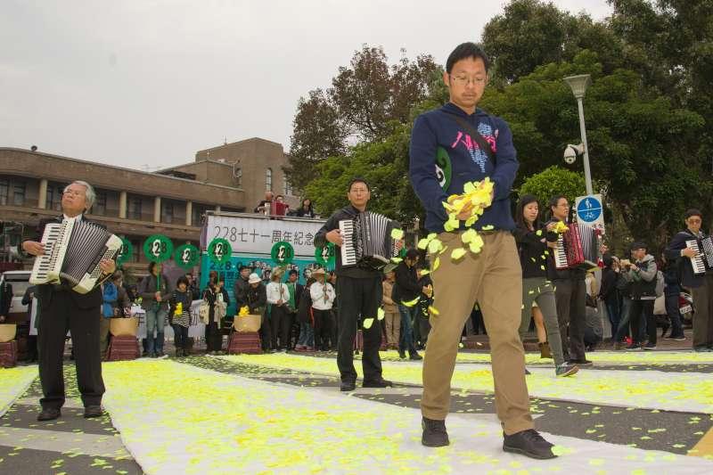 20180224-二二八71週年紀念活動,民眾手捧著花瓣紀念二二八事件。(甘岱民攝)