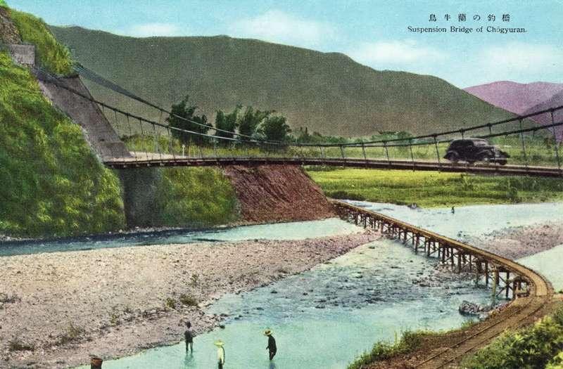 這是一張1930年代的烏牛欄吊橋明信片,此處即為二二八事件之《烏牛欄之役》戰場,圖中可見烏牛欄吊橋上面有汽車在行駛。(取自維基百科)