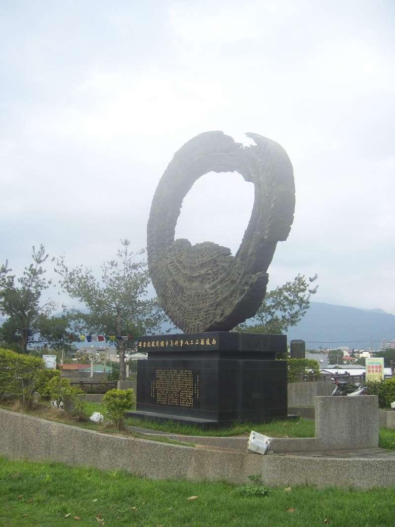設立於南投縣埔里鎮愛蘭橋頭(以前的烏牛欄橋所在地),以紀念二七部隊對抗國軍的《烏牛欄戰役紀念碑》。(取自維基百科,Yoxem攝/CC BY 3.0)