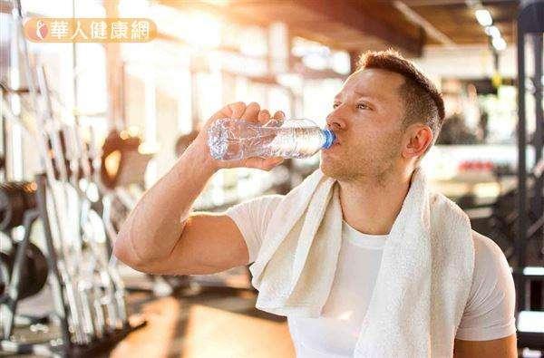 每人每天喝水2500至3000c.c.,同時養成不憋尿的習慣,自然可避免尿液濃縮和混濁,也能藉由排尿將膀胱中細菌帶出體外,減少細菌孳生和引起發炎的機會。(取自華人健康網)