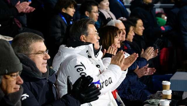 北韓在奧運中正式向南韓總統文在寅(中)提出到北韓會晤的邀請。(圖/取自六都春秋)