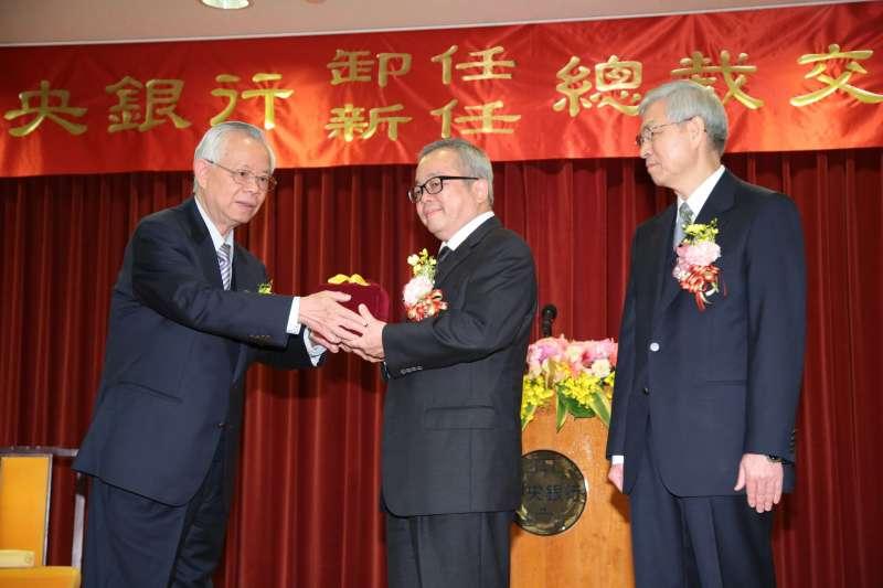 2018-02-26-央行新舊任總裁交接典禮,彭淮南(左)、楊金龍(右)。(顏麟宇攝)