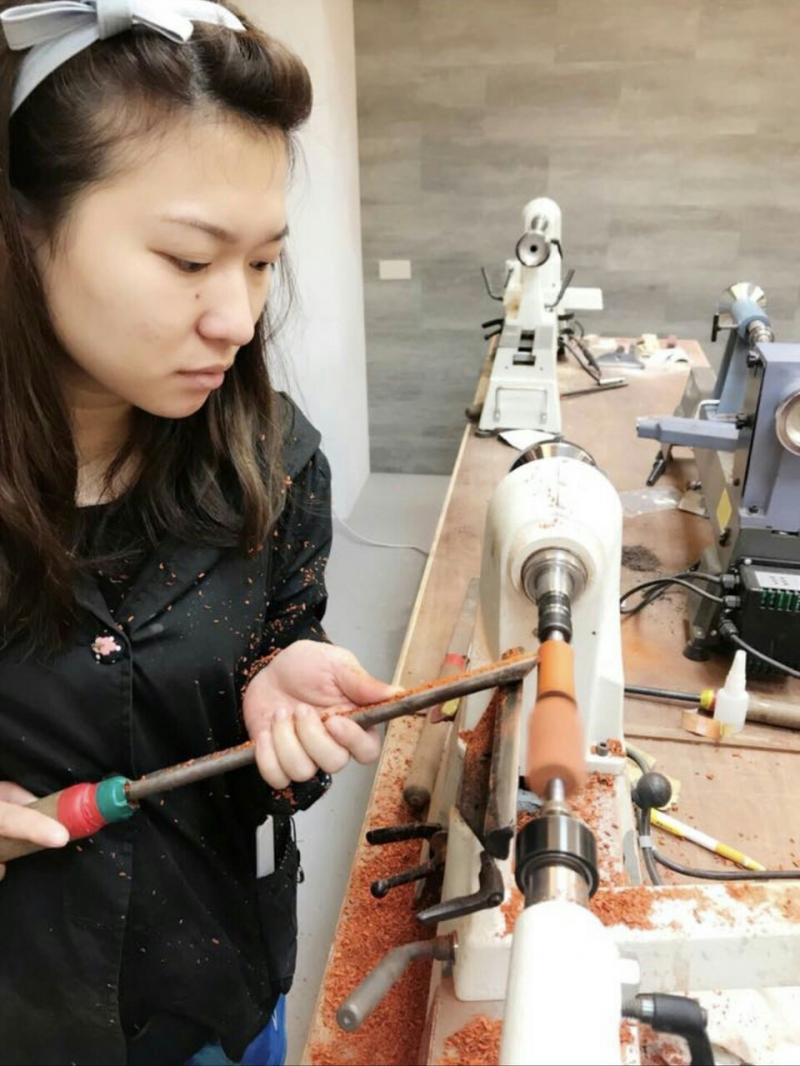 「木藝文創設計實務」課程開啟了呂佳容對於木工的興趣,未來更希望自己動手做嬰兒床。(圖/桃園市勞動局提供)