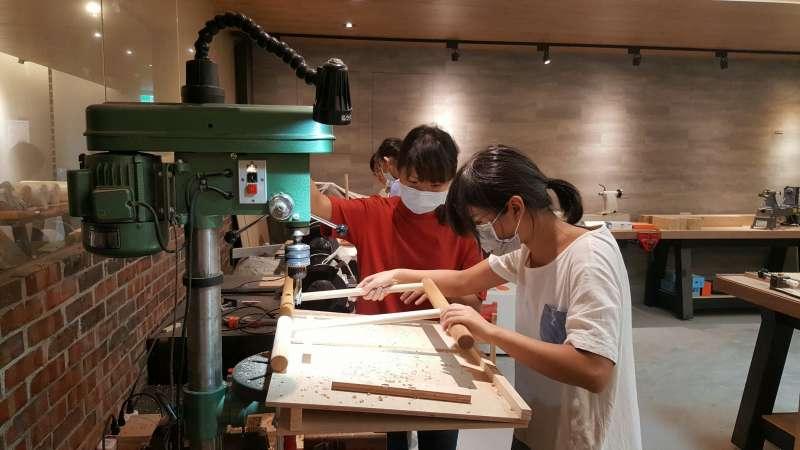 所有工具如車床、刨刀都需親手操作,以紮實的課程內容讓學生習得木工技藝。(圖/桃園市勞動局提供)