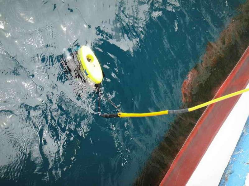 水下考古隊使用水下無人載具 (ROV) 到水中驗證沉船。(圖/臧振華,研之有物提供)