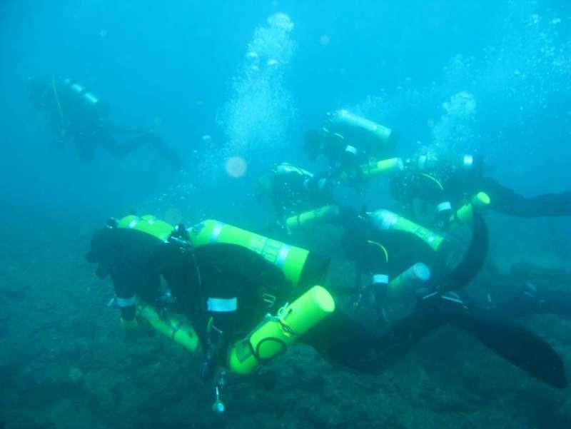 水下考古隊員在水中進行搜尋調查。(圖/臧振華,研之有物提供)