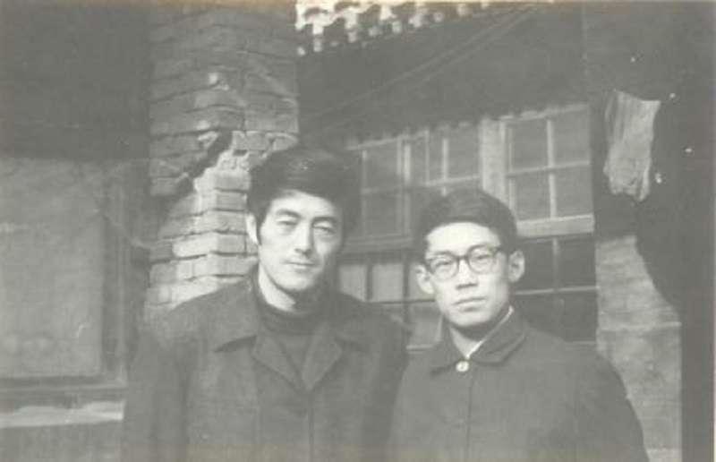 芒克與友人1979年攝於76號《今天》編輯部小屋前。(圖/印刻文化提供)