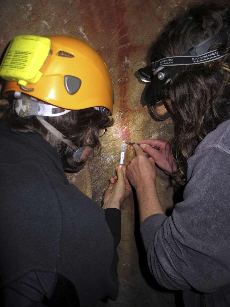 一群考古學家組成的研究團隊在西班牙東北部的拉帕西耶嘉取下古老洞穴壁畫樣本,這些壁畫可追溯至6萬5千年前,據信創作者是尼安德塔人(美聯社)