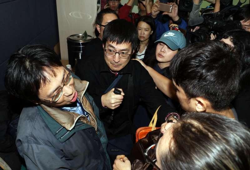 20180228-上午在桃園慈湖陵寢進行潑漆行動的獨派青年,下午在台北召開記者會,說明事件經過。圖為記者會結束前,自稱記者的男子(左)與獨派團體成員(右)爆發口角,場面一度混亂。(蘇仲泓攝)