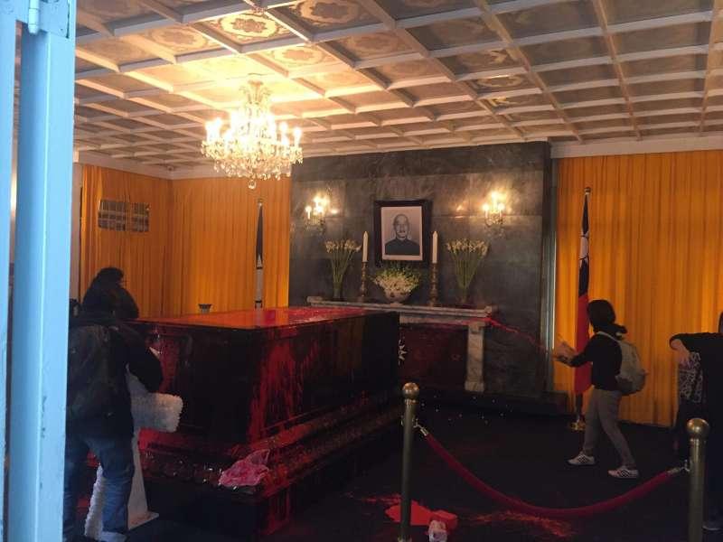 20180228-桃園慈湖陵寢在今(28)日上午遭獨派民眾朝著蔣中正棺柩潑灑紅漆。(慈湖陵寢行動提供)