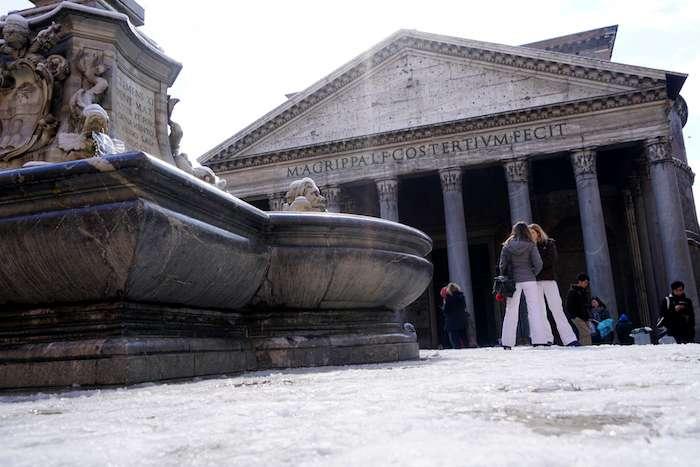 羅馬降下6年來首場雪,圖為萬神殿。(曾廣儀攝)