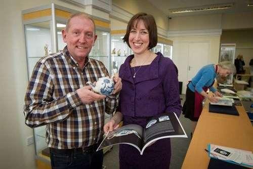 (左起)代理大都會藝術博物館交易商Rod Jellicoe及瓷器專家Clare Durham。(圖/取自拍賣商Woolley&Wallis,非池中藝術提供)