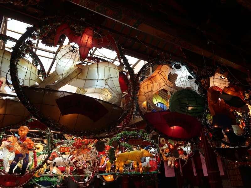 新竹都城隍廟花燈藝術展有許多以狗為主題的花燈,兼具傳統與創意巧思。(圖/新竹市政府提供)