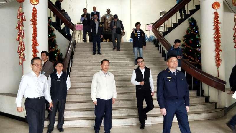 十多位議員氣憤的離開,留下錯愕的警官在大廳。(圖/張毅攝)