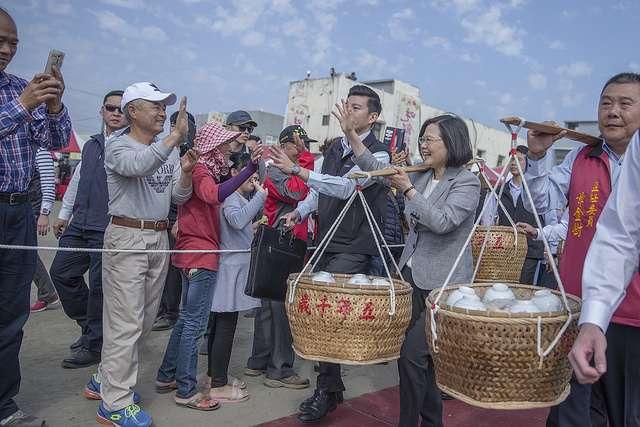 20180302-總統蔡英文出席雲林傳統民俗「吃飯擔」活動。(總統府提供)