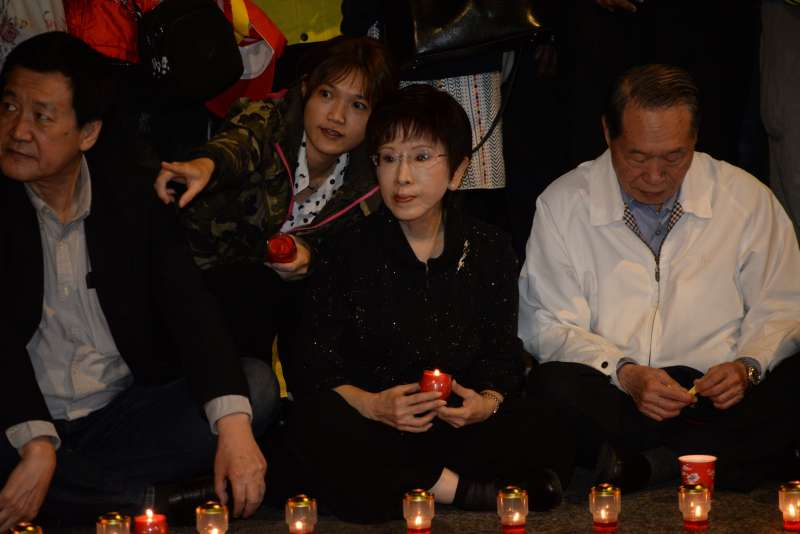 反年改團體八百壯士於2日晚間至立法院群賢樓外,以燭光晚會替繆德生集氣祈福。前主席洪秀柱受到民眾熱烈歡迎,眾人高喊「柱柱姐加油」。(甘岱民攝)