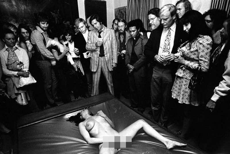 某地下俱樂部裡自慰的女人,1970 年攝。(圖/言人文化提供)