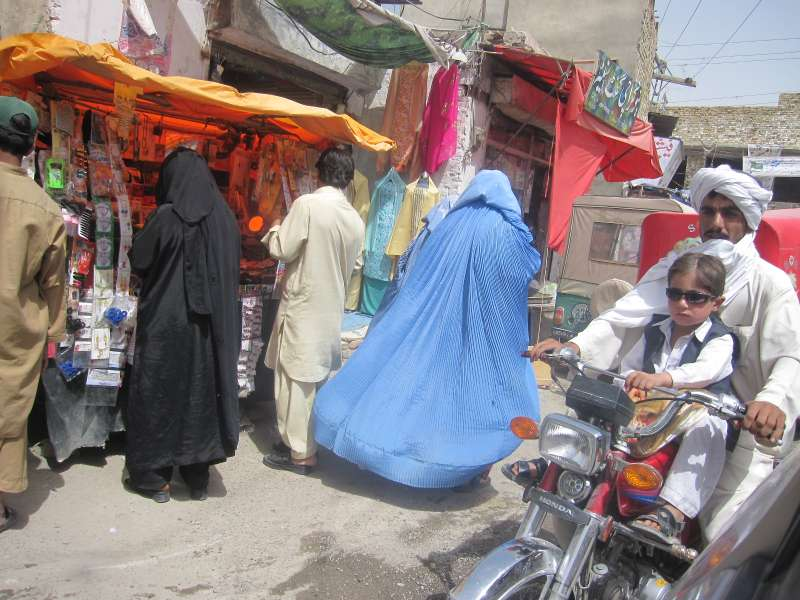 圖4-巴基斯坦西北邊城-奎達,婦女上街都穿布卡(作者亞瑟蘭提供)