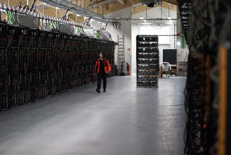 在冰島凱夫拉維克(Keflavik)的礦場,一排排採礦機正在進行挖礦工作。(AP)