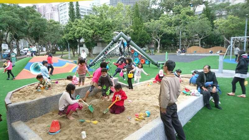 萬芳4號公園共融式遊戲場內有複合式沙坑台,不同於傳統沙坑平接於地面,玩沙的小朋友能坐在周圍矮墩上不用弄髒褲子就輕鬆地玩沙。(台北市政府提供)