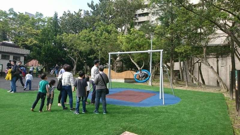 萬芳4號公園共融式遊戲場有鳥巢鞦韆設施,享受擺盪的樂趣,相當受到小朋友的歡迎。(台北市政府提供)