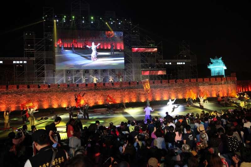 《見城》動用將近500位演出人員,以龐大的演出陣容向粉絲展現最高規格的藝術展演。(圖/高雄文化局提供)