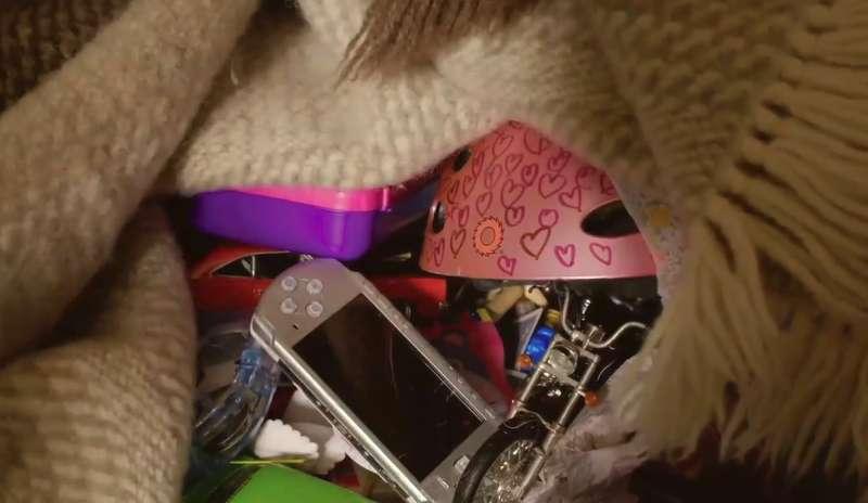 衣櫃深處藏著滿滿贓物,這些全是小艾從同學包包裡偷來的。(圖/公視提供)