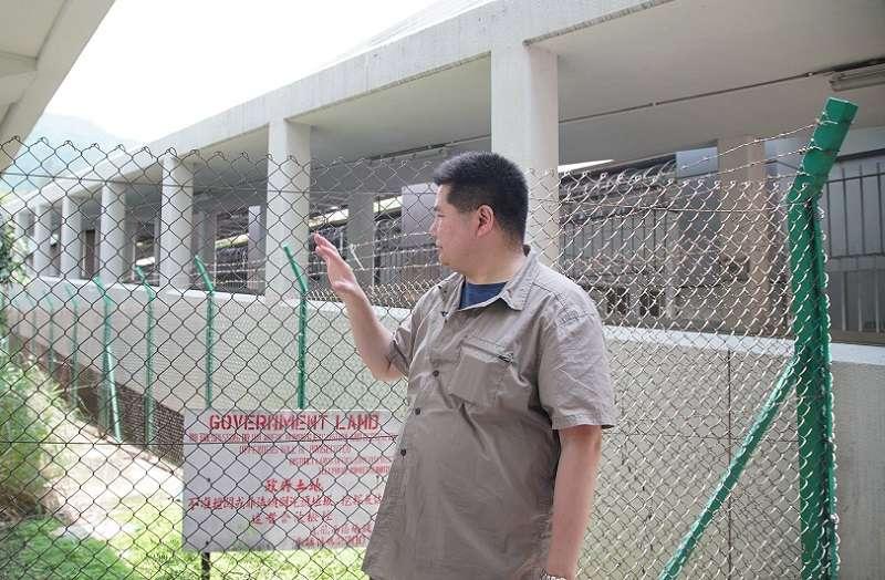 港銅鑼灣書店店長林榮基,在這片鐵絲網前抽3根菸後,決定不交出書店硬碟,拒絕被控制。(李惠仁提供)