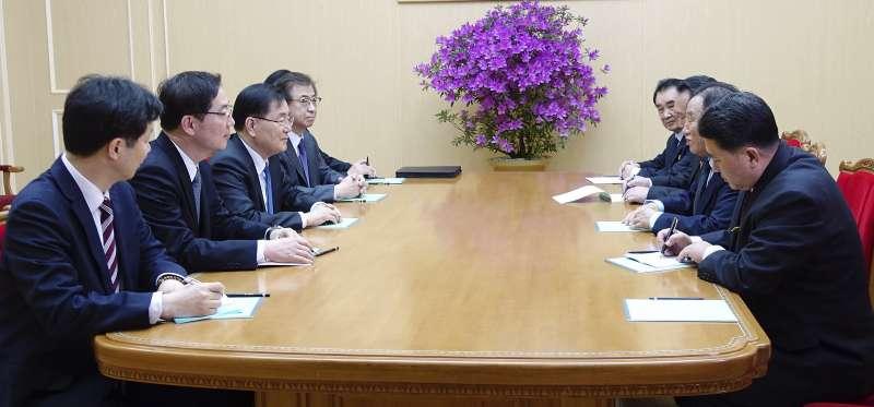 南韓總統特使團(左方)5日抵達平壤後,與北韓代表(右方)見面(美聯社)