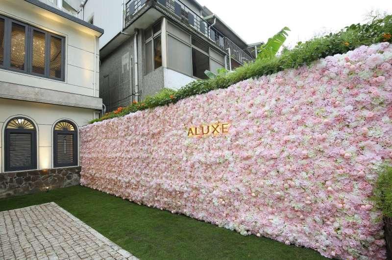一整面的粉紅花牆,成了最好的拍照背景,也成為來訪的拍照熱點!(圖/ALUXE亞立詩提供)