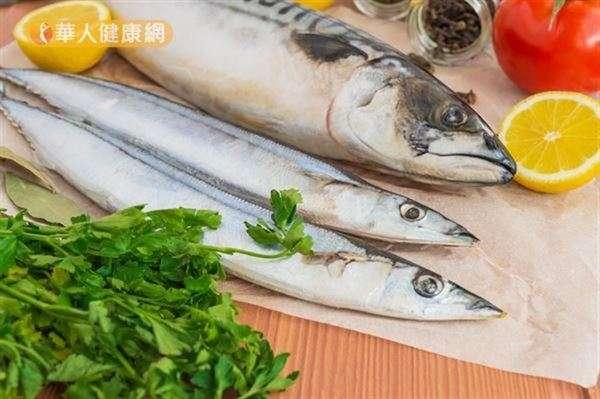鯖魚、秋刀魚等魚類含有豐富的Omega-3脂肪酸,是量攝取有助於維護大腦健康。(圖/華人健康網提供)