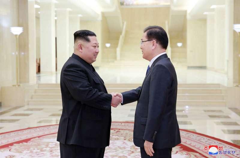 2018年3月6日,北韓最高領導人金正恩在平壤接見南韓總統文在寅特使鄭義溶率領的代表團(AP)