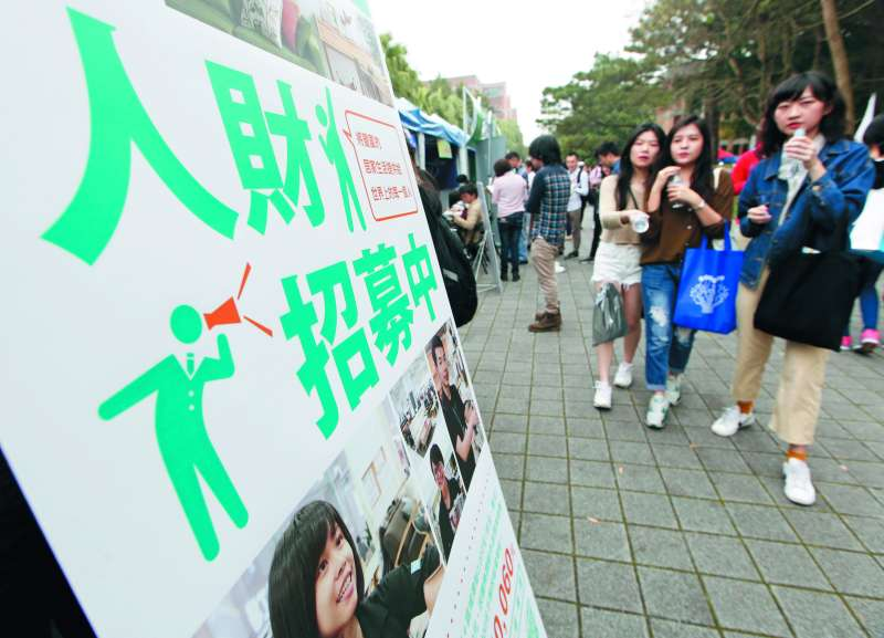 中國當局有計畫地挖角台灣年輕一代,政府應積極因應。(郭晉瑋攝)
