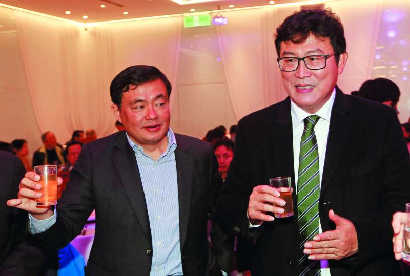 姚文智(右)和洪耀福(左)在民進黨市黨部春酒會與柯文哲大玩「躲貓貓」。(郭晉瑋攝)