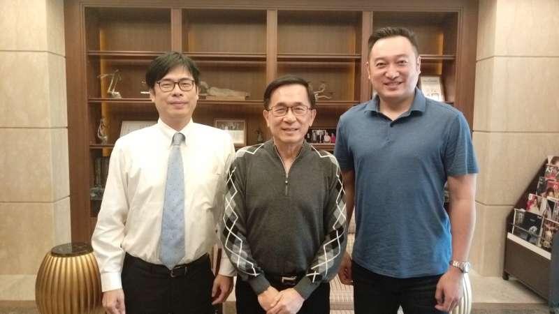 「新勇哥物語39」,特別放上前總統陳水扁(中)和陳其邁(左)及其提拔的高市議員陳政聞合照,還透過自己化身的「勇哥」慰勉,稱「等了12年,總有一天等到你。」(取自網路)
