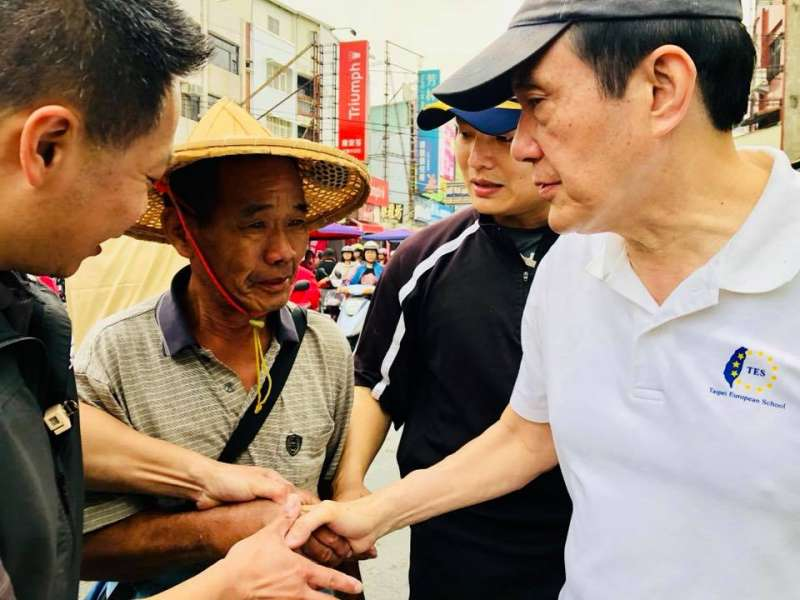 前總統馬英九在潮州市場吃肉羹、幫水果攤叫賣、訪部落學校和小學生。(取自龍應台臉書)