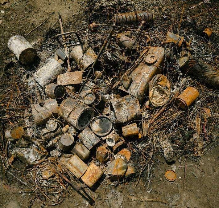 拾荒者點燃了馬達部分,把多餘的汽油燒掉。對於住在亞穆納河附近的人來說,拾荒是收入的主要來源。(圖/言人文化提供)