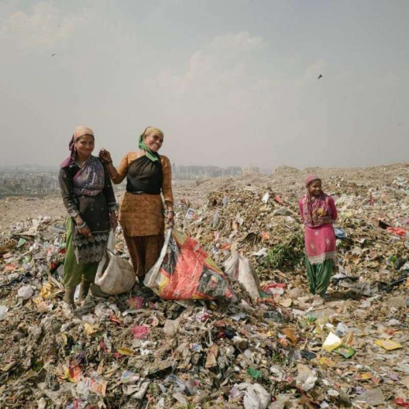 婦女們正在德里的加吉浦垃圾場裡忙碌著,尋找能換錢的金屬。生意好的時候,一個拾荒者可以得到1000盧比,相當於15美元。(圖/言人文化提供)